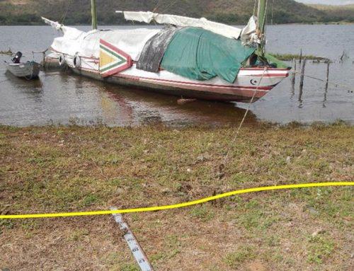 Canoa Luzitânia aguarda vazão adequada para encalhe e manutenção